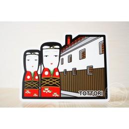 Quartier des entrepôts aux murs blancs et tuiles rouges, avec les poupées Hakota (Tottori)